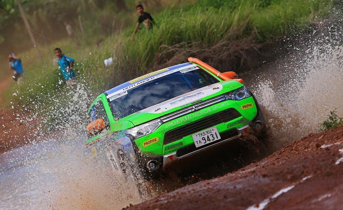 Mitsubishi Outlander PHEV compite en el Asia Cross Country Rally