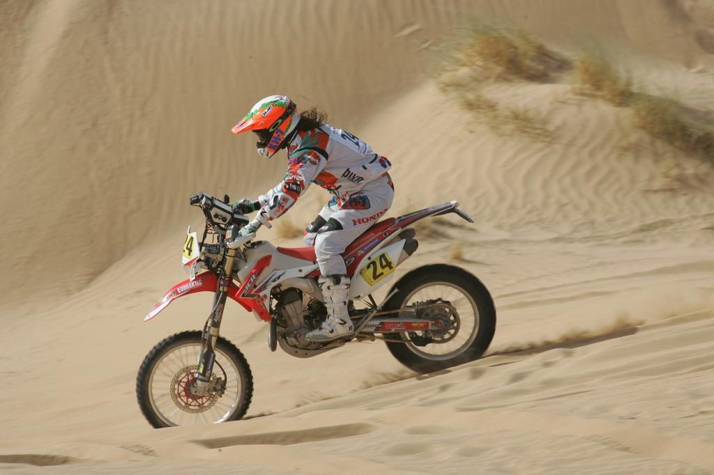 Laia Sanz hace historia al ganar la tercera etapa del Merzouga Rally en Marruecos