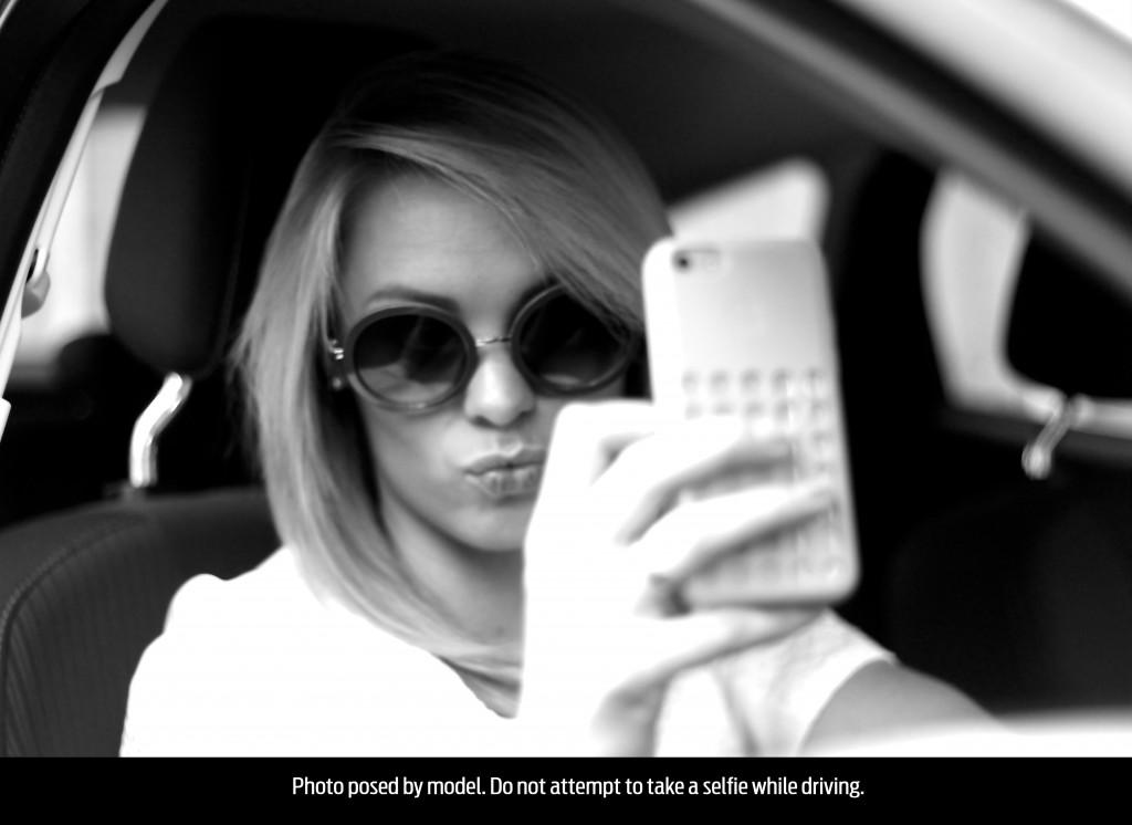 """Segun Ford, uno de cada cuatro jóvenes se toma una """"selfie"""" mientras maneja"""