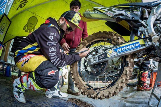 """Nicolás """"Maravilla"""" Aravena, junto a su motocicleta de Freestyle."""