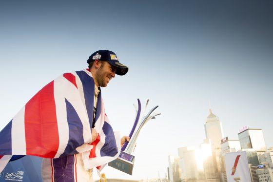 Sam Bird sostiene en sus manos el trofeo que lo acredita como vencedor (Imagen: Alastair Staley/LAT/Formula E)
